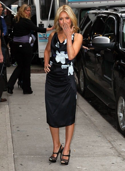 Television personality Kelly Ripa visits 'Late Show With David Letterman' at the Ed Sullivan Theater on May 19, 2011 in New York City.