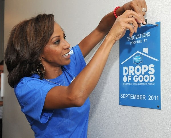 Actress Holly Robinson-Peete helps out at 'Drops of Good: The Maxwell House Community Project' at LA Community Center on September 14, 2011 in Los Angeles, California.